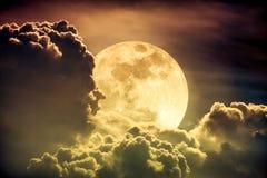 Ciel de nuit avec les nuages et la pleine lune lumineuse avec brillant Sepi Photographie stock libre de droits