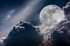 Ciel de nuit avec les nuages et la pleine lune lumineuse avec brillant Vint Photographie stock libre de droits