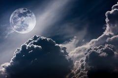 Ciel de nuit avec les nuages et la pleine lune lumineuse avec brillant Vint Image stock
