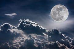 Ciel de nuit avec les nuages et la pleine lune lumineuse avec brillant Vint Photographie stock