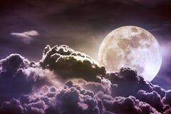 Ciel de nuit avec les nuages et la pleine lune lumineuse avec brillant Vint Images stock