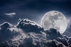 Ciel de nuit avec les nuages et la pleine lune lumineuse avec brillant Vint Photos stock