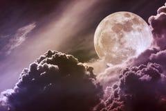 Ciel de nuit avec les nuages et la pleine lune lumineuse avec brillant Vint Image libre de droits