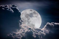 Ciel de nuit avec les nuages et la pleine lune lumineuse avec brillant Vint Photo stock