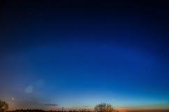 Ciel de nuit bleu avec des étoiles photographie stock libre de droits