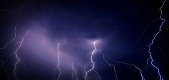 Ciel de nuit orageux images stock