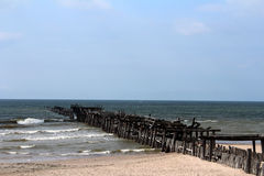 Ciel de Pier Ruin Small Waves Blue de plage de Sventoji Image libre de droits