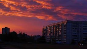 Ciel de postluminescence au-dessus d'inclinaison de ville banque de vidéos