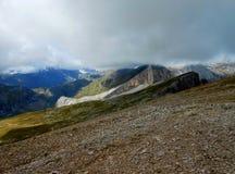 Ciel de Pyrénées d'itinéraire de la montée 4x4 de paysage de montagne Photos stock