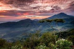 Ciel de rouge de montagnes Photographie stock