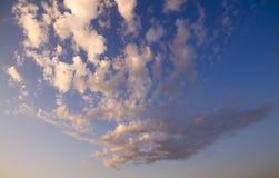 Ciel de soirée avec des nuages Photos stock
