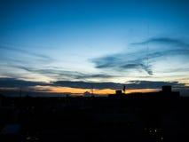 Ciel de soirée avec le nuage et la fumée et l'horizon orange Photo stock