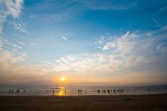 Ciel de soirée avec les nuages et le soleil Photographie stock libre de droits