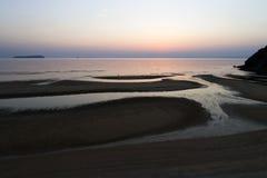 Ciel de soirée avec reflété en eau de mer calme Photo stock