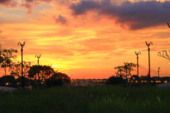Ciel de soirée chez Thanon Utthayan (route d'Aksa), Khet Thawi Watthana, Bangkok, Thaïlande Photographie stock libre de droits