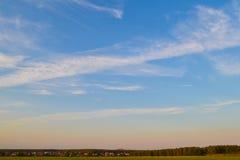 Ciel de soirée Coucher du soleil Ciel avec des nuages Beau nuage de ciel de crépuscule de fond sur le crépuscule image stock