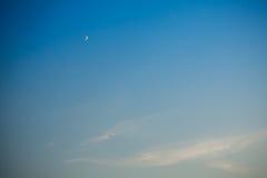 Ciel de soirée et lune et oiseau Images stock