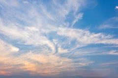 Ciel de soirée, nuage coloré de coucher du soleil étonnant photo libre de droits