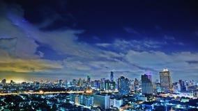 Ciel de tempête au-dessus de la ville images libres de droits