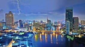 Ciel de tempête au-dessus de ville images libres de droits