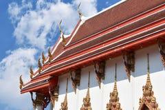 Ciel de temple de la Thaïlande et nuages blancs Photographie stock libre de droits