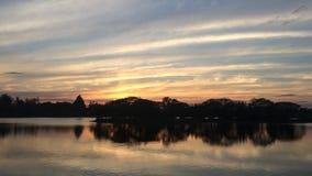 ciel de vanille dans le temps crépusculaire de coucher du soleil banque de vidéos