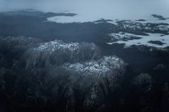 Ciel, dessus en bas de la vue des montagnes en Asturies avec la neige, Espagne image stock