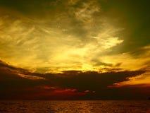 Ciel dramatique au coucher du soleil dans Kallithea Halkidikis photo libre de droits