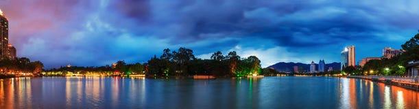 Ciel dramatique au-dessus d'un parc aquatique à Fuzhou, Chine Image libre de droits