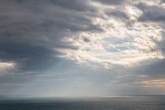 Ciel dramatique au-dessus de la mer Image stock