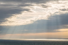 Ciel dramatique au-dessus de la mer Photos libres de droits