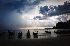 Ciel dramatique au-dessus de la plage rocheuse Photos stock