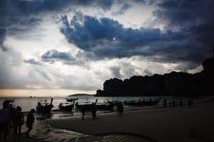 Ciel dramatique au-dessus de la plage rocheuse Images libres de droits