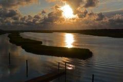 Ciel dramatique au-dessus de plage d'île d'océan, la Caroline du Nord Photos stock