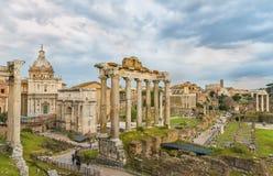 Ciel dramatique au-dessus de Roman Forum et de Colosseum (Colisé, Colosseo) dans le temps de coucher du soleil Images stock