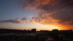 Ciel dramatique au-dessus de Vilnius, Lithuanie photographie stock
