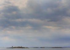Ciel dramatique au-dessus des îlots dans l'archipel suédois Photo stock