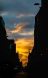 Ciel dramatique au temps de coucher du soleil au-dessus du vieil architectu de rue d'Edimbourg photo stock