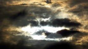 Ciel dramatique avec de vrais nuages orageux banque de vidéos