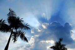 Ciel dramatique avec des rayons du soleil Photographie stock libre de droits