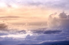 Ciel dramatique avec le nuage et le coucher du soleil coloré Images stock