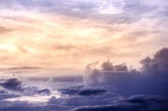 Ciel dramatique avec le nuage et le coucher du soleil coloré Photographie stock libre de droits