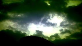 Ciel dramatique avec les nuages et les foudres orageux clips vidéos