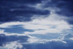 Ciel dramatique avec les nuages orageux image libre de droits