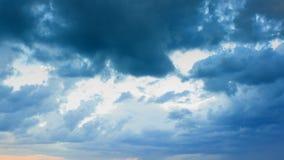 Ciel dramatique avec les nuages orageux clips vidéos