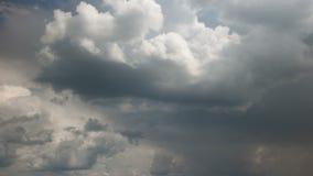 Ciel dramatique avec les nuages orageux banque de vidéos