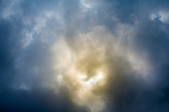 Ciel dramatique avec les nuages orageux Ciel dramatique avec les nuages orageux Images stock
