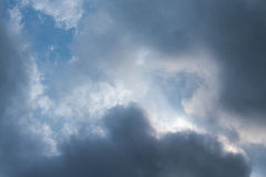 Ciel dramatique avec les nuages orageux Ciel dramatique avec les nuages orageux Photo libre de droits