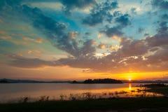 Ciel dramatique coloré avec le nuage au coucher du soleil au-dessus du moun de silhouette photos stock