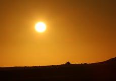 Ciel dramatique de coucher du soleil avec l'horizon de silhouette Photo libre de droits